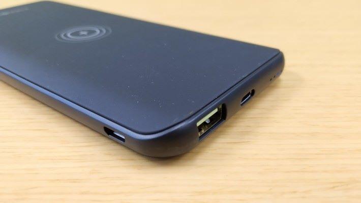 支援 micro USB 及 USB-C 充電輸入。