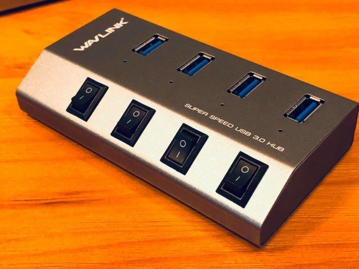 每個插位都有獨立開關。