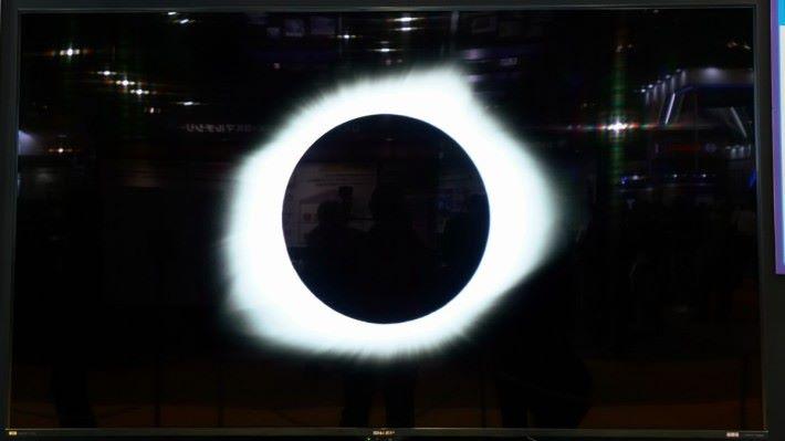 .純黑下的太陽光,白色亮度比 4K 電視亮麗得多。