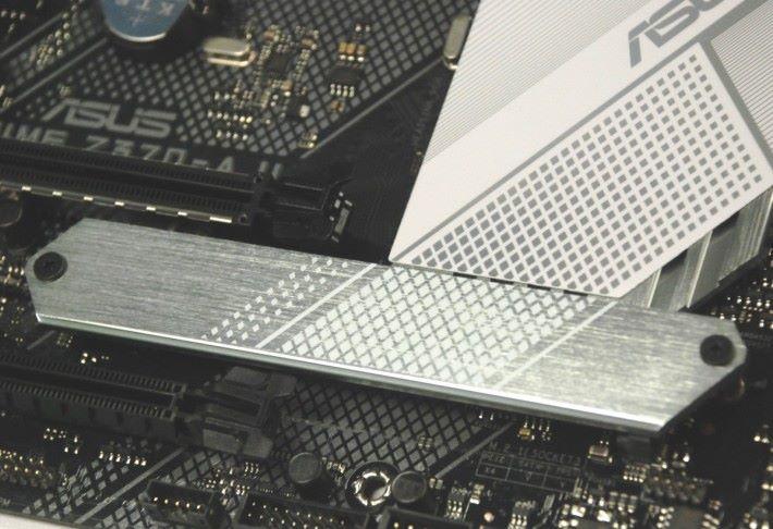 第二組 M.2 有散熱片加強散熱。