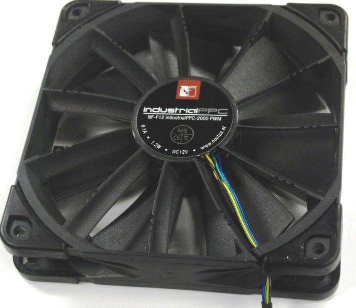 採用工業級 Noctua PPC NF-F12 120mm 風扇。