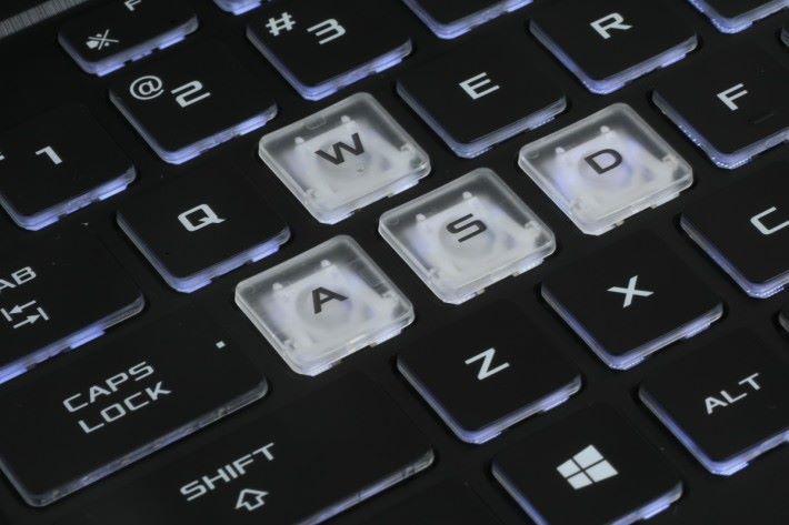 鍵盤並加入 RGB 背光以及射擊遊戲常用的 WASD 四鍵換上醒目鍵模。