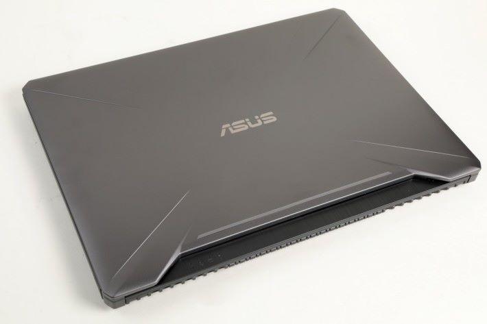 FX505 全重 2.2 kg,於電競筆電屬較輕薄。