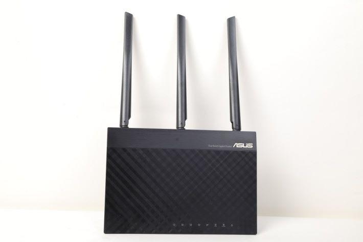 一箱 RT-AC67U 2 Pack 會跟來 2 台 AC67U,可直立或平放機。