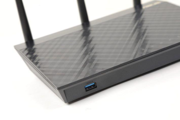 前方有個 USB 3.0 埠,直立機身的話就會把它遮蓋。
