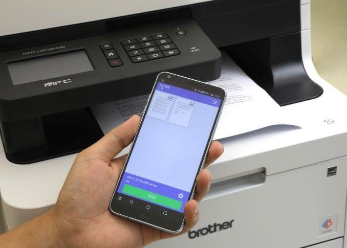 通過機身設有的 NFC 裝置,可以快速進行無線配對,然後經手機軟件 iPrint&Scan 就進行流動打印。