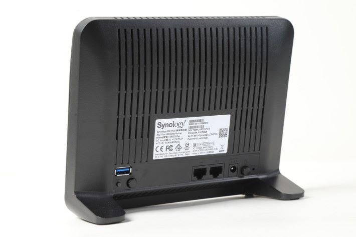 體積較一般 Mesh Node 大,機背有 WAN、LAN 和 USB 3.0 埠。