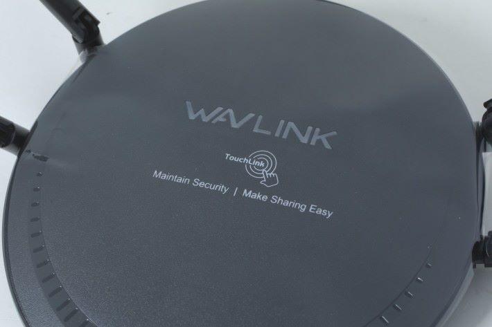 一按即連 Wi-Fi,但只在包裝膠套上標示 TouchLink 位置,機身並沒有任何標記。