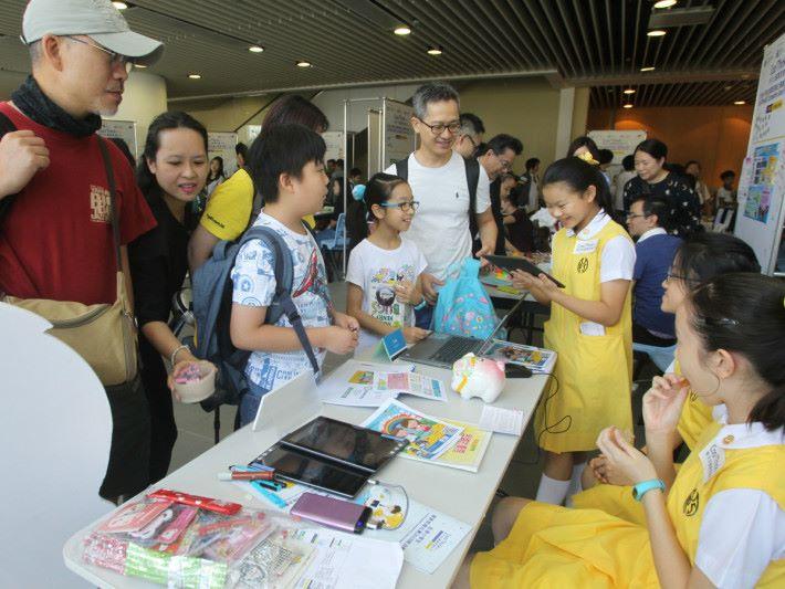 40 隊小學隊伍於當日擺設攤位,向觀眾展示作品及意念。