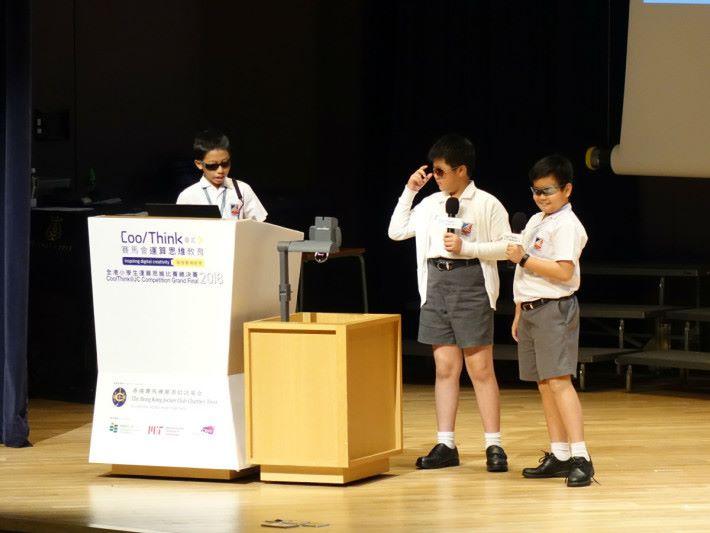 英皇書院同學會小學第二校[英二 B 隊]以吸引的表達方式介紹自己的作品《補錶》。