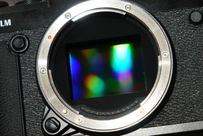GFX 50R 配備 5,140 萬像素中片幅 CMOS 。
