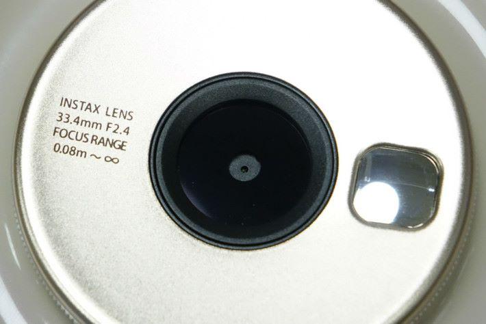 鏡頭最近可在 8cm 對焦。