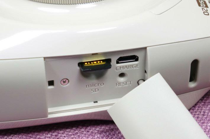 機身左側設有 microSD 卡槽、重啟鍵及充電用插槽。