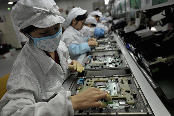 去年富士康內同樣非法僱用高中生組裝 iPhone X 。