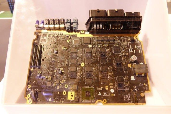 MDC 600 內設有多顆華為的人工智能晶片昇騰 310。