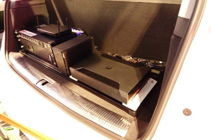 MDC 600 安裝在車尾箱。