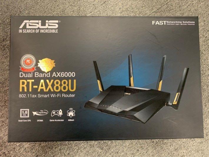 不過包裝盒沒有跟 Wi-Fi Alliance 指引改稱 Wi-Fi 6,依然是用 802.11ax 標示。