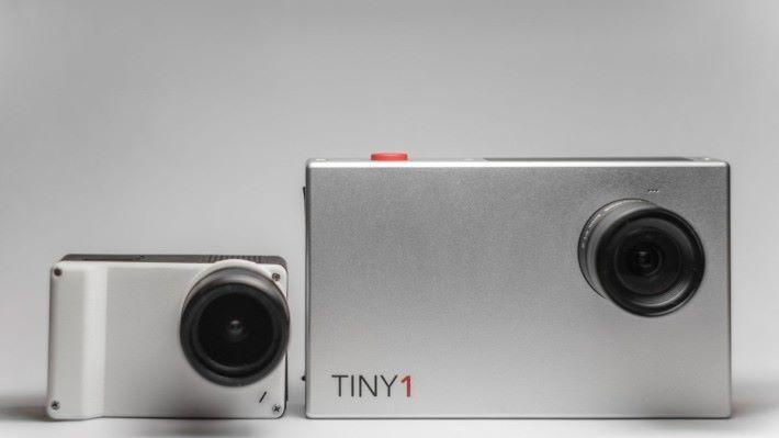 和上代 TINY1 比較,體積更纖巧。