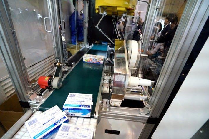 .物流用的標籤機,可按經過不同產品,即時印出和貼上在產品。不用人手每次調整標籤機,效率奇高