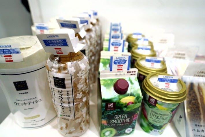 .有易變壞的食品,都會有RFID 標籤,每日店員用 RFID 機一掃,便會找出到期食品抽走更換,比人手檢查快好多。