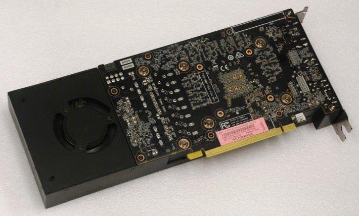 在背部可見採用短身 PCB 設計以降低成本