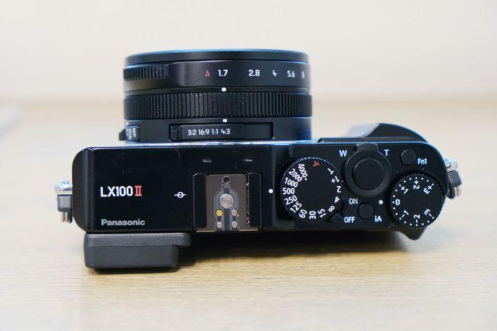 與前代的分別主要以 LX100 II 的二代紅色標示出來。