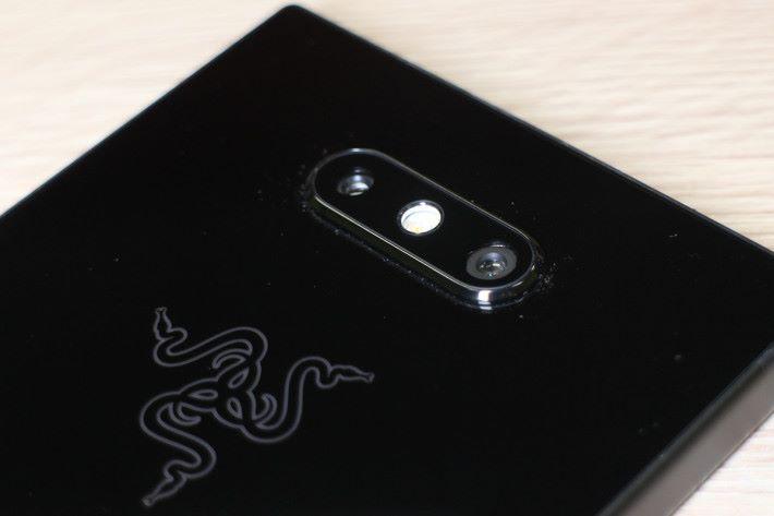 雙鏡頭主相機使用 Sony 感光元件,有 OIS 功能。