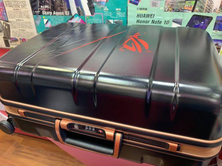 連行李箱的全套裝也有極少量現貨,售價 $18,800。