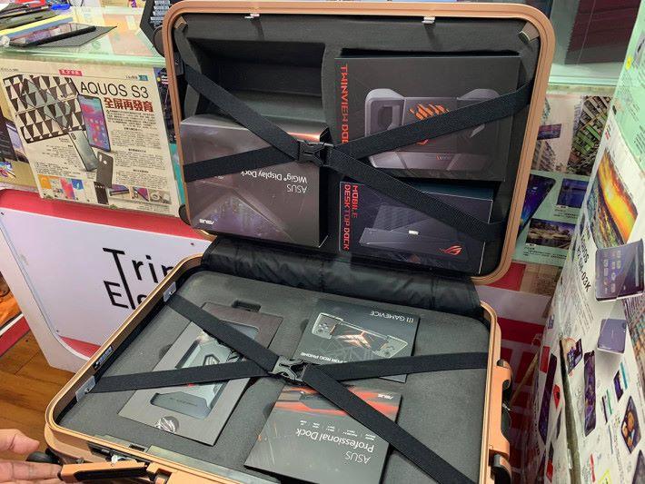 打開後就可見全套配件。不知有沒有朋友仔拿起所有配件之後,用這個行李箱去旅行呢?