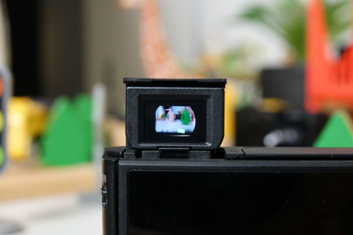 HX99 機頂設置可伸縮高對比度約63.8 萬點 OLED 電子觀景器。