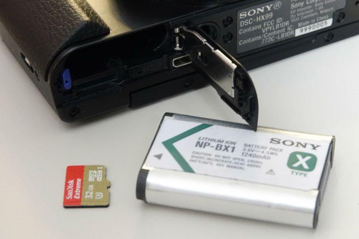 為要做到更輕巧,相機使用 microSD 卡作為儲存媒體。