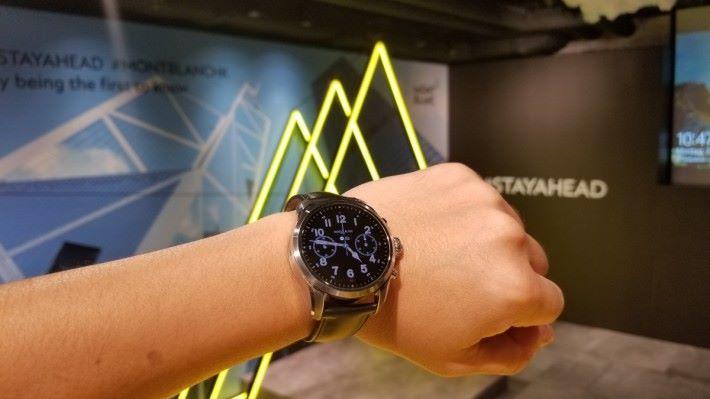 Summit 2 換上更細小的 42mm 錶身,而且有多款錶帶配搭,男女也適合佩戴。