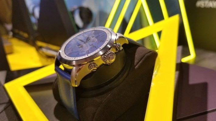 另外,錶冠上下也有兩顆可自訂功能的按鍵。