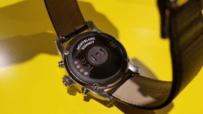 錶底的四粒圓點是無線充電接觸點,中間圓形為心率感應器。