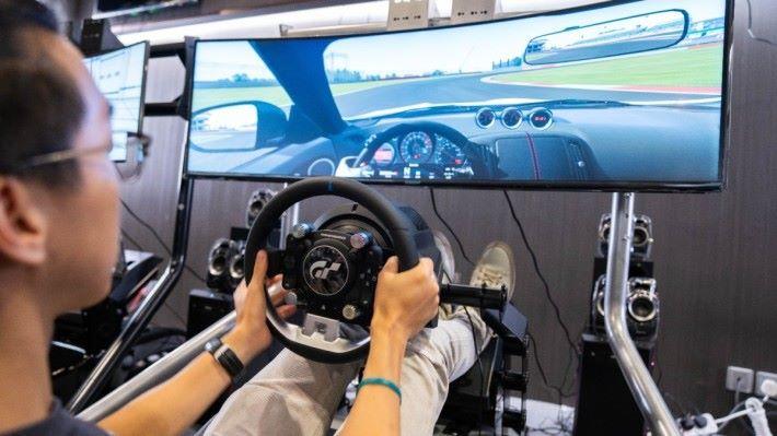 玩家可於現場體驗一下《 Raceroom 》的震撼。