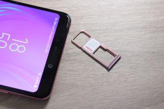 具備「真三卡」插槽,最多可支援 512GB microSD。