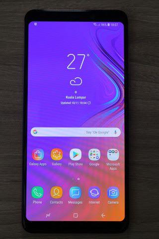 運行 Android 8 系統,操作介面沒有大改變,亦內置人面辨識功能及 Bixby 功能。