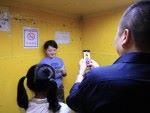 學員於電梯練習時,表現既緊張又興奮。