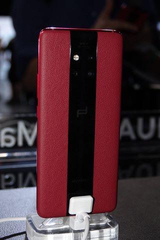 機背玩直間粗長條設計,鏡頭組合維持正方形擺法。