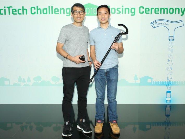 林鴻傑(左)和梁渭聲設計的智能拐杖 STICKu,具備跌倒警報功能,獲得冠軍。