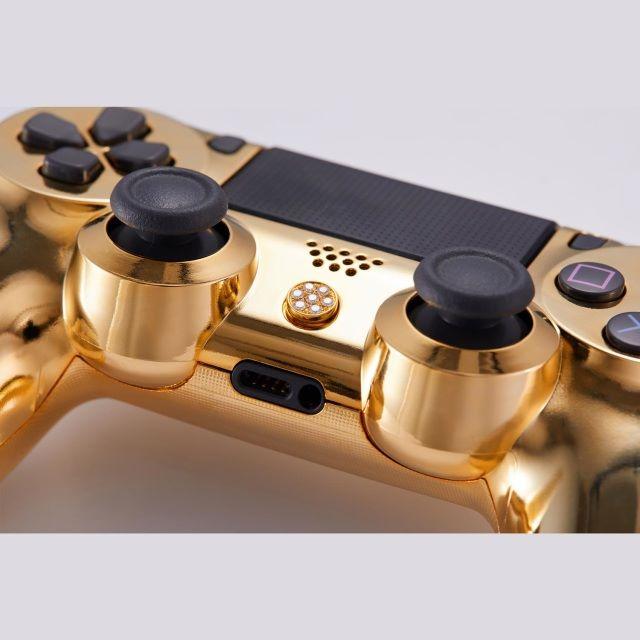 經典版只有 PS 按鈕使用 18K 黃金制作。