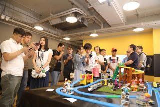 會場內設有多個體驗區,不少朋友邊玩邊問,尤其對 AI 啟動拍攝功能甚感興趣。