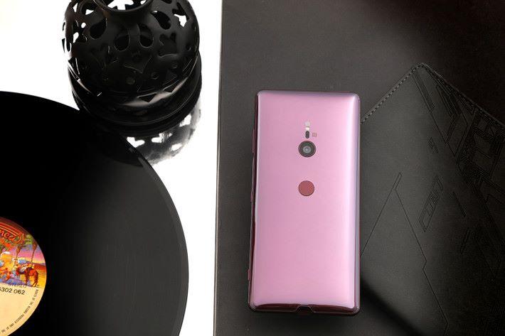 XPERIA XZ3 使用曲線的機面玻璃加上機框的「Loop surface」風格,而酒紅色新色與集合了最高級別 IP68 生活防水防塵設計,都令參加者有深刻的印象。