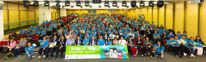 香港電訊個人客戶業務董事總經理吳永豪先生(中)與所有協辦機構及參與人士合照。