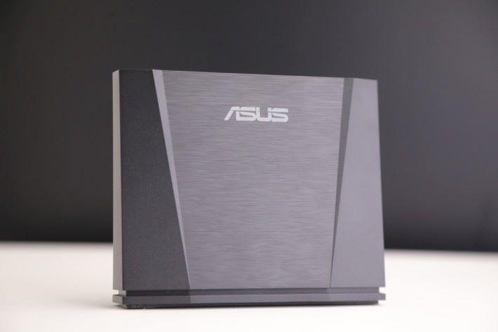 ASUS WiGig 無線投影基座,更能透過無線方式將會手機的畫面投射到了大電視屏幕上。