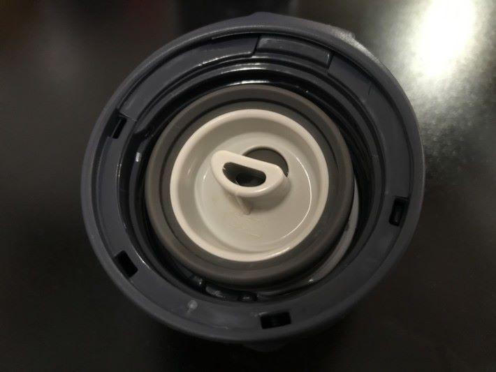 保溫的原理之一是於瓶蓋上運用密封膠圈。