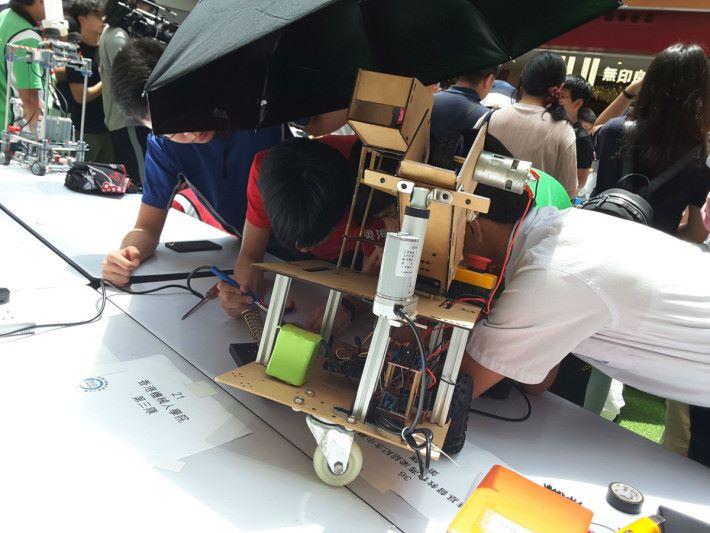 比賽前發現第一隊機械人脫焊,同學們正在搶救。