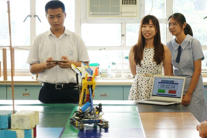 張昊晟專心地操作最新的機械人。