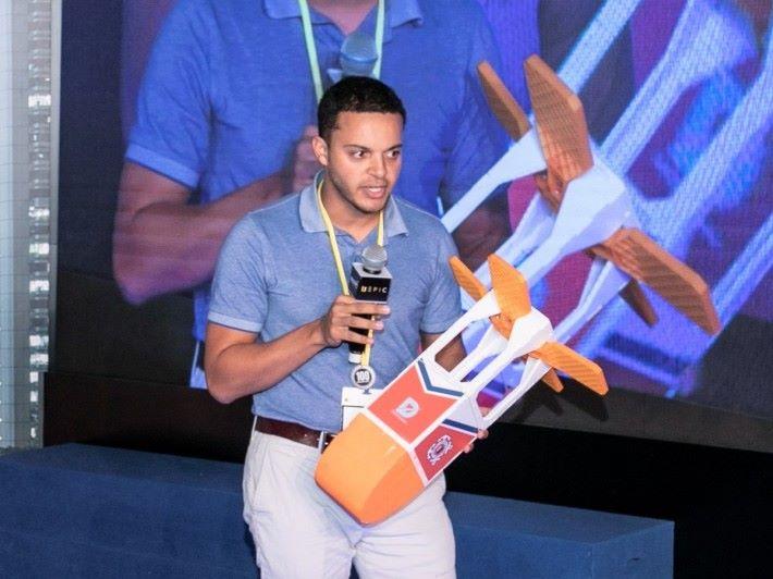 DASH Systems 創辦人 JoeI Ifill 帶同空投裝置的模型,向投資者展示民用空投貨物概念。