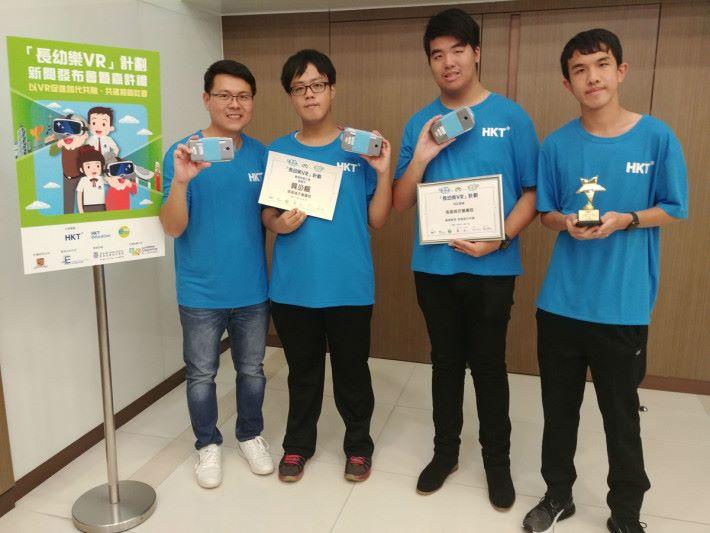 獲得最感動人心大獎冠軍的張振興伉儷書院負責的吳華彪老師、龔少楓同學、姚子臻同學及黃沛鏗同學(左起)。
